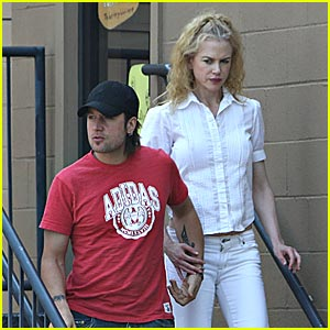 Nicole Kidman Spends Sunday At Starbucks