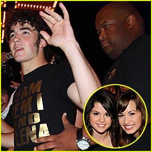 Kevin Jonas: Team Demi and Selena!