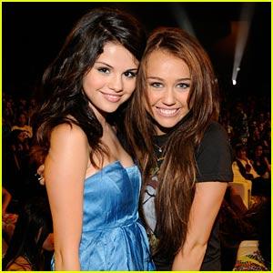 Miley & Selena Get Friendly At Teen Choice Awards