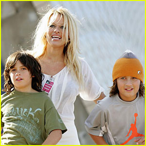 Pamela Anderson: Sons in Sydney!