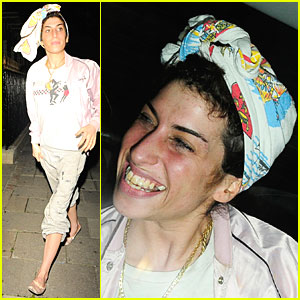 Amy Winehouse Shows Off Pearly Yellows