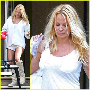 Pamela Anderson Gets Laundry Lazy