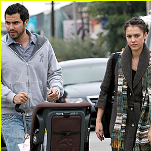 Jessica Alba Grabs Christmas Eve Lunch