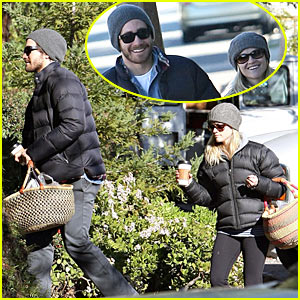 Reese Witherspoon & Jake Gyllenhaal Pack A Picnic