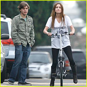 Emile Hirsch Gives Girlfriend Bike Riding Lesons