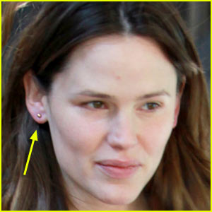 Jennifer Garner Gets Her Ears Pierced