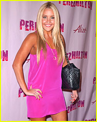 Amanda Bynes Gets Pink Pretty