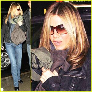 Jennifer Aniston Heads to Hotel