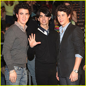 JJ Flies With The Jonas Brothers