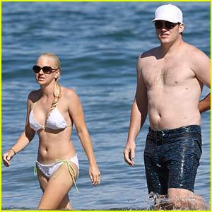 Anna Faris is a Bikini Babe