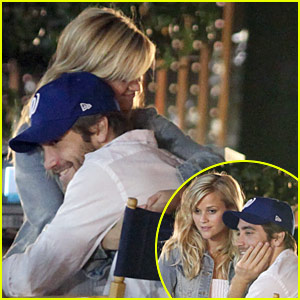 Reese Witherspoon & Jake Gyllenhaal Hug It Out