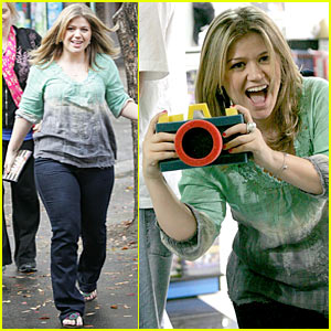 Kelly Clarkson is a Sexy Shutterbug