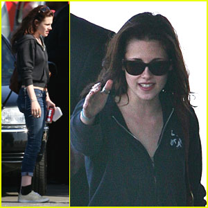 Kristen Stewart Breaks For Cigarett