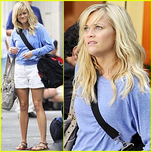 Reese Witherspoon Lugs Her Luggage