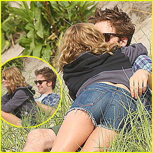 Robert Pattinson & Emilie De Ravin: Kissing Couple