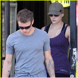 Ryan Phillippe Picks Up Liquor