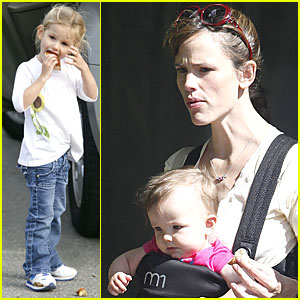 Violet & Seraphina Affleck: Apples to Apples!