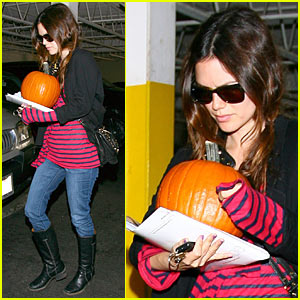 Rachel Bilson Picks Out A Pumpkin, Might Be Dorothy From Wizard of Oz