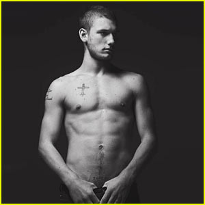 Alex Pettyfer: Shirtless Sexy!