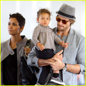 Halle Berry, Gabriel Aubry, & Nahla: Family Flight