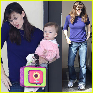 Jennifer Garner is a Multi-Tasking Mom