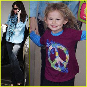 Jennifer Garner & Violet Affleck: Peace Out!