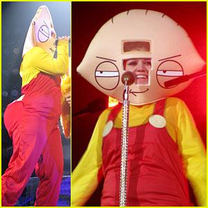 Kelly Clarkson's Halloween Costume: Stewie Griffin!