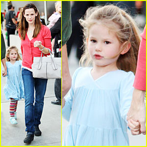 Jennifer Garner &#038; Violet Affleck: Holiday Sing-Along!