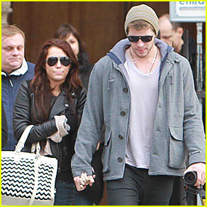 Miley Cyrus & Liam Hemsworth: Holding Hands!