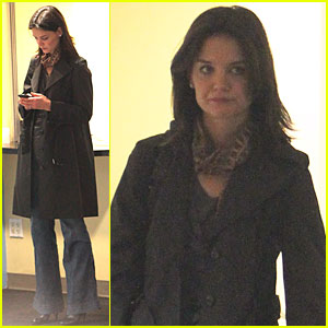 Katie Holmes is a Trenchcoat Texter