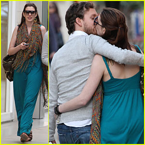 Anne Hathaway &#038; Adam Shulman: Kiss Kiss!