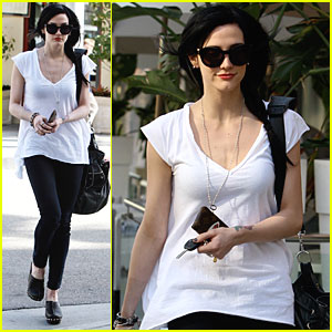 Ashlee Simpson is a Cutie in Clogs