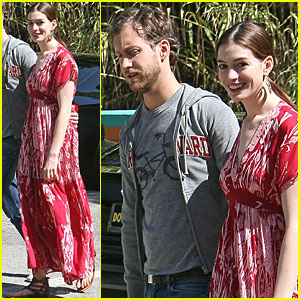 Anne Hathaway: Studio City with Her Sweetheart!