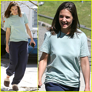 Katie Holmes: Slippers for Comfort!