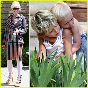 Kingston & Zuma Rossdale Hug It Out