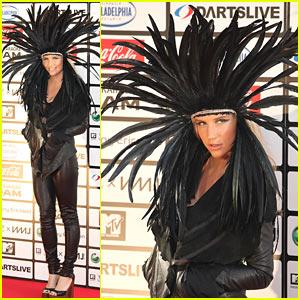 Ke$ha Dons Fun Feathered Headpiece