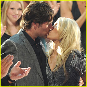 Carrie Underwood & Mike Fisher: Kiss Kiss!
