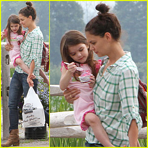 Katie Holmes: Strawberry Picking with Suri!