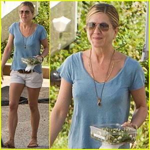 Jennifer Aniston: Smiley Salad Eater!