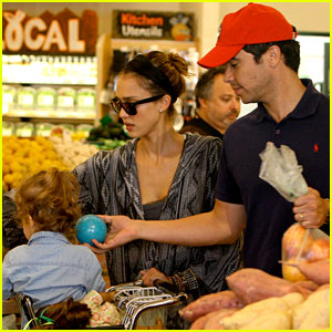 Jessica Alba & Cash Warren: Family Food Shoppers!