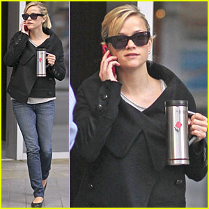 Reese Witherspoon: Pick-Me-Up at Starbucks