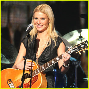 Gwyneth Paltrow: CMA Awards Performance -- Video!