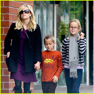 Reese Witherspoon & Family: Sunday Funday!