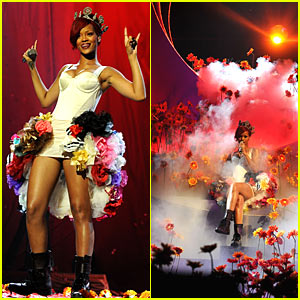 Rihanna's EMAs Performance -- VIDEO