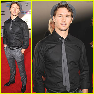 Ryan Kwanten: AMAs 2010 Red Carpet!