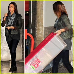 Jessica Alba Unloads the Christmas Decorations!