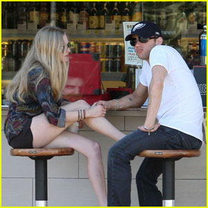 Ryan Phillippe & Amanda Seyfried: Holding Hands!