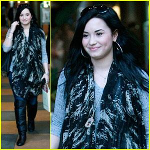 Demi Lovato Checks Out Cheesecake Factory
