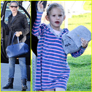 Violet Affleck: Mailbox Purse with Mommy!