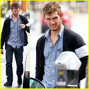 Alex Pettyfer: In-N-Out Burger Stop!
